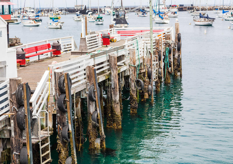 Pare-chocs de pneu sur de vieux docks image libre de droits