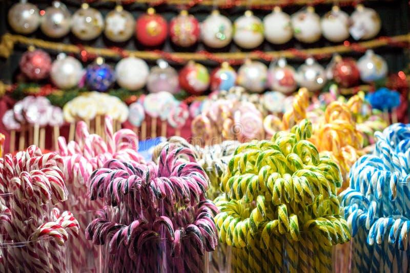 Pare com os doces coloridos e festivos tradicionais no mercado do Natal em Vilnius em Lituânia Os doces são muito populares em s imagem de stock royalty free