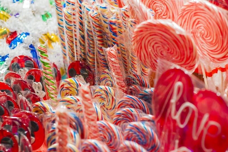 Pare com os doces coloridos e festivos tradicionais no Natal fotografia de stock royalty free