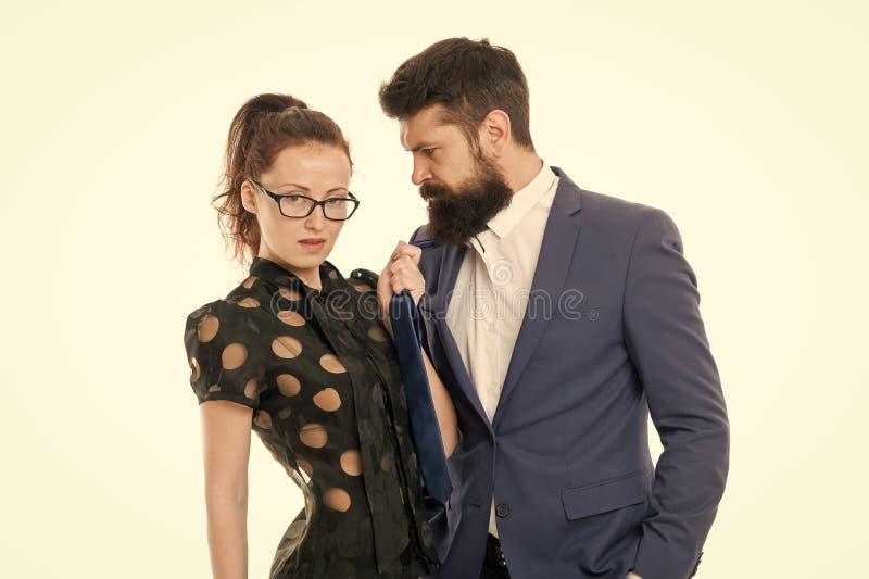 Pare el acoso Hombre barbudo y mujer atractiva Pares rom?nticos en oficina businesspeople Deseo soltado Asunto atractivo fotos de archivo