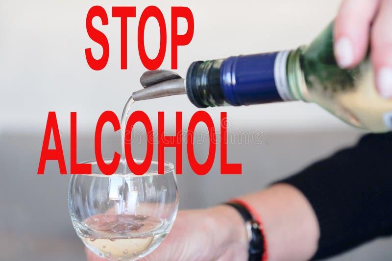 Pare el alcohol El camarero hace un cóctel Preparación del cóctel cosmopolita imagenes de archivo
