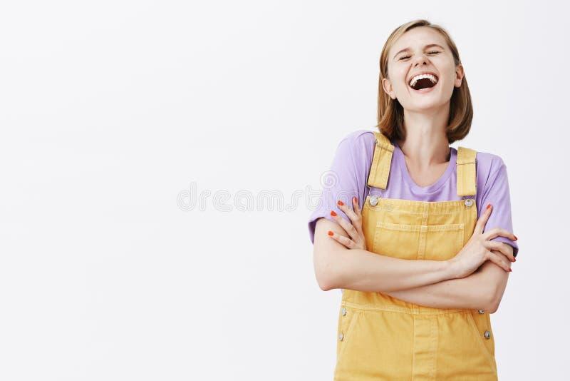 Pare el bromear, los dolores de vientre de risa Novia relajada y feliz despreocupada con el pelo justo, riendo hacia fuera ruidos foto de archivo libre de regalías