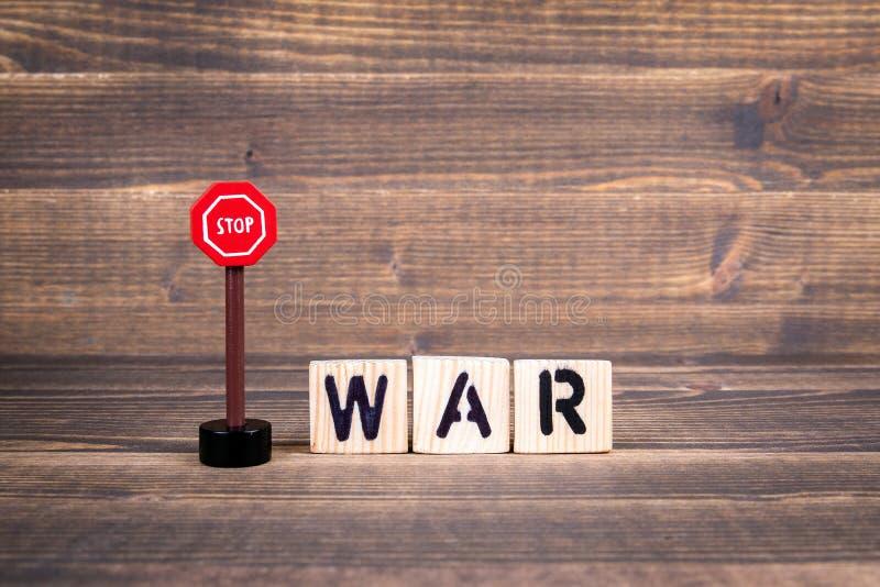 Pare el concepto de la guerra Letras de madera con la señal de tráfico foto de archivo