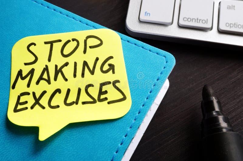 Pare el hacer de las excusas escritas en un trozo de papel fotos de archivo