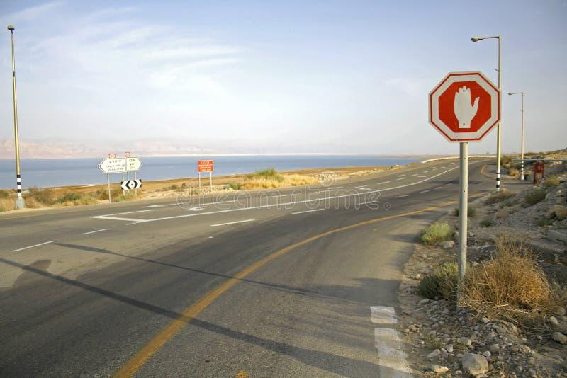 Pare firman adentro el mar muerto imagen de archivo
