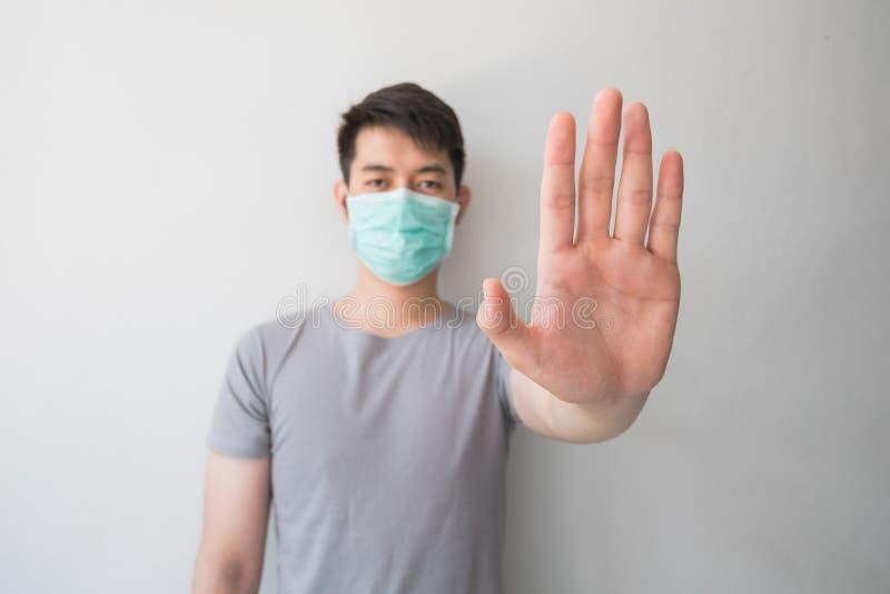 Pare a infecção! Gesto saudável da exibição do homem imagens de stock royalty free