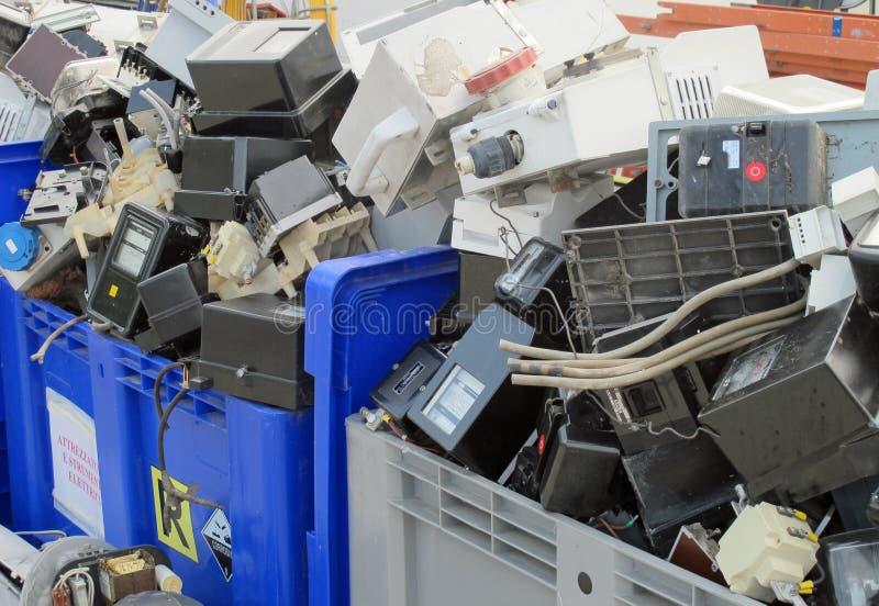 Pare l'électricité démolie dans un remblai photos libres de droits