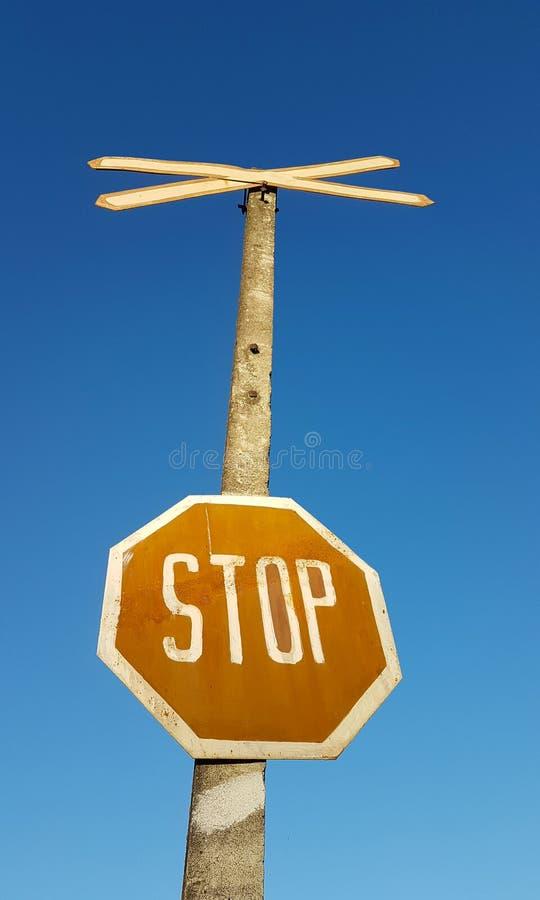 Pare la muestra contra el cielo azul