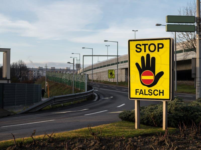 Pare la muestra de prevenir conductores de la incorrecto-manera en la autopista imagenes de archivo