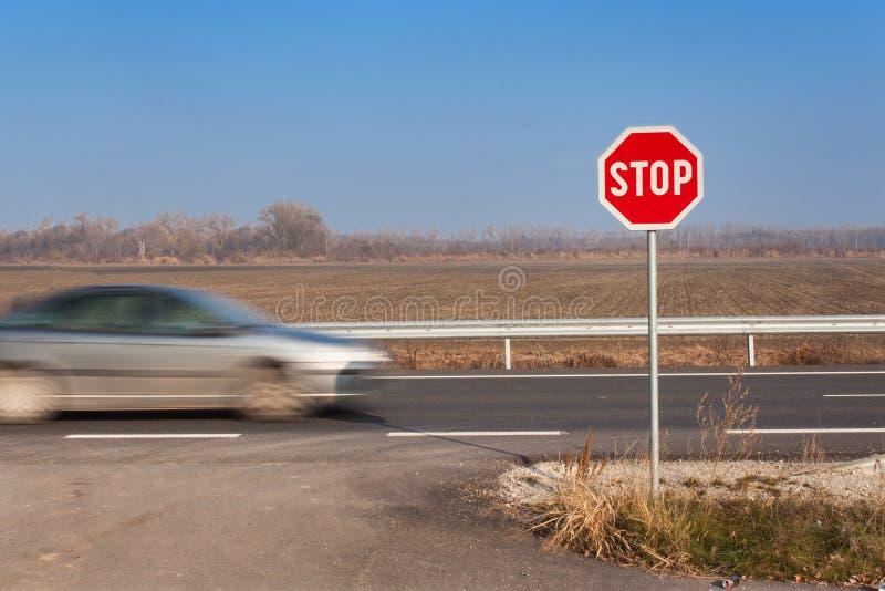 Pare la muestra en la encrucijada Camino rural Salga sobre la carretera principal Carretera principal Camino peligroso Parada de  fotografía de archivo libre de regalías
