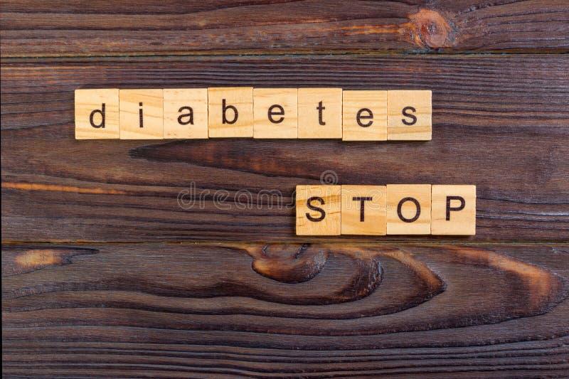 pare la palabra del texto de la diabetes hecha con los bloques de madera Prevención de la diabetes del concepto fotos de archivo