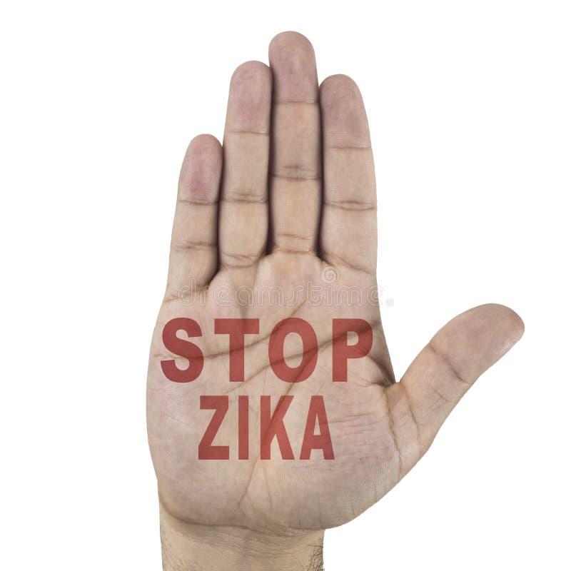 Pare las palabras de ZIKA escritas en la mano masculina del ` s Aislado en el fondo blanco fotos de archivo