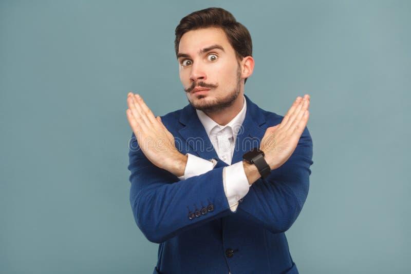Pare, não! Homem de negócios que mostra a proibição da mão na câmera foto de stock