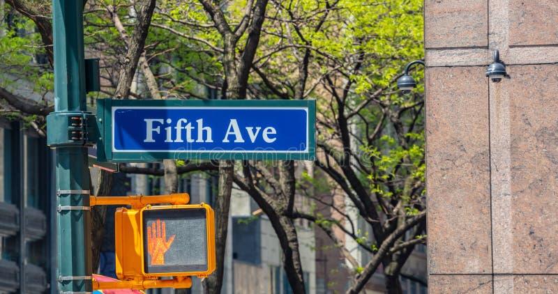 Pare, no camine la señal de tráfico para los peatones y la quinta señal de tráfico de la avenida fotos de archivo