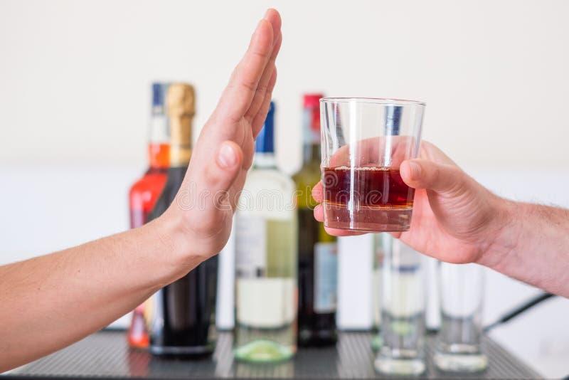 Pare o conceito do apego O homem recusa beber o ?lcool fotografia de stock royalty free