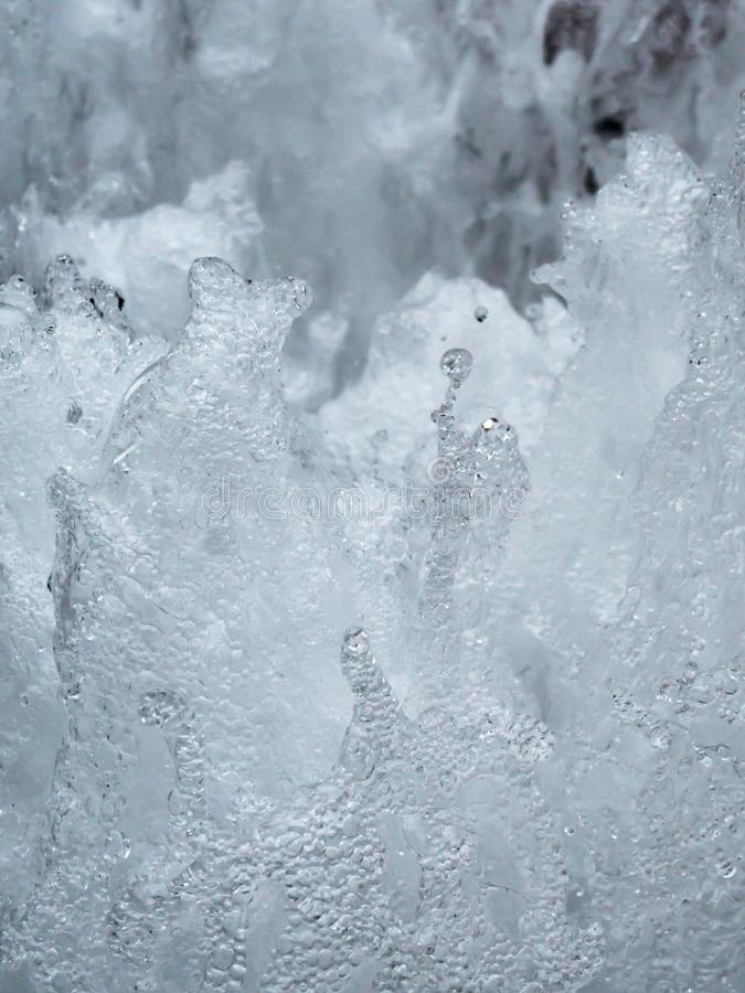 Pare o movimento de espirrar a água na fonte, sumário imagem de stock