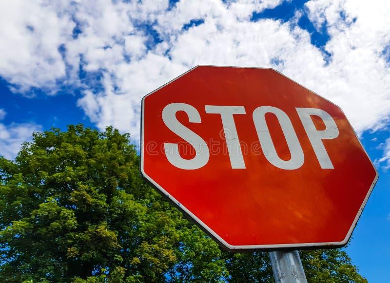 Pare o sinal de tráfego no dia ensolarado, céu azul bonito com nuvens brancas fotos de stock
