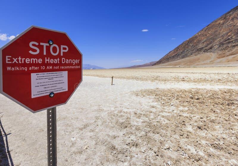 Pare o sinal na bacia de Badwater no Vale da Morte, EUA imagens de stock royalty free
