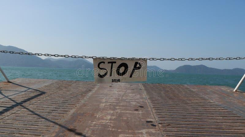 Pare o sinal na balsa a Koh Chang, Tailândia fotos de stock