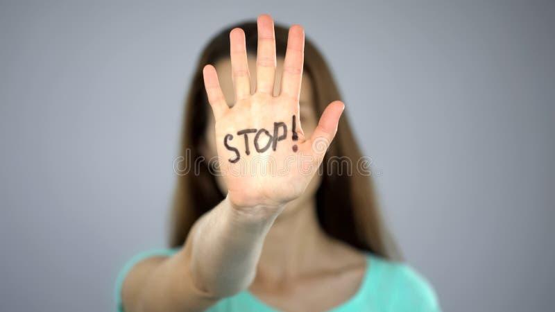 Pare o sinal nas mãos da mulher, proteção dos direitos da fêmea, conscientização do problema fotos de stock royalty free