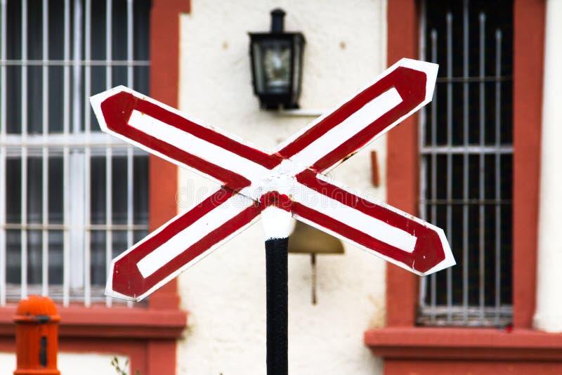 Pare o sinal no estação de caminhos-de-ferro imagem de stock