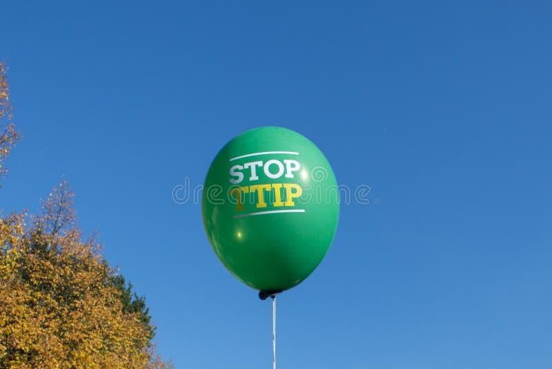 Pare o slogan do ttip no balão imagem de stock royalty free