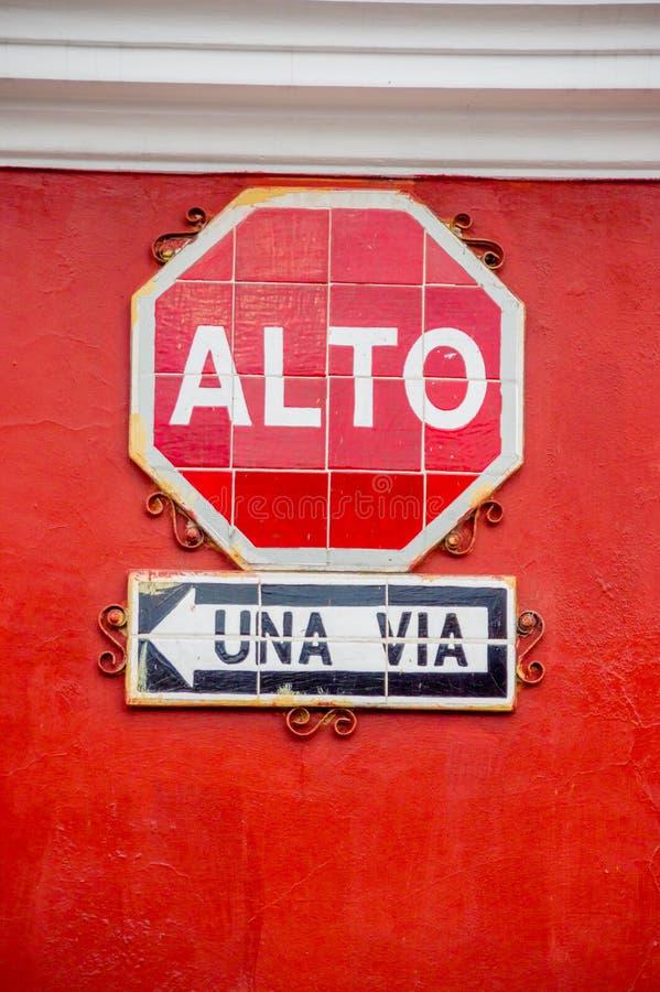 Pare y una manera firma adentro una español del alto vía fotos de archivo