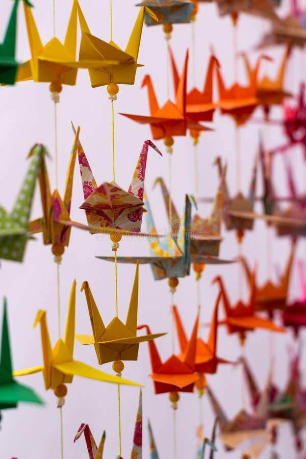Parecchi cigni dei colori decorativi fatti in carta Origami variopinti dal Giappone Carta piegata nelle forme animali fotografia stock