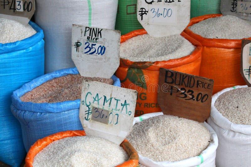 Parecchi generi di riso da vendere sul mercato filippino immagini stock