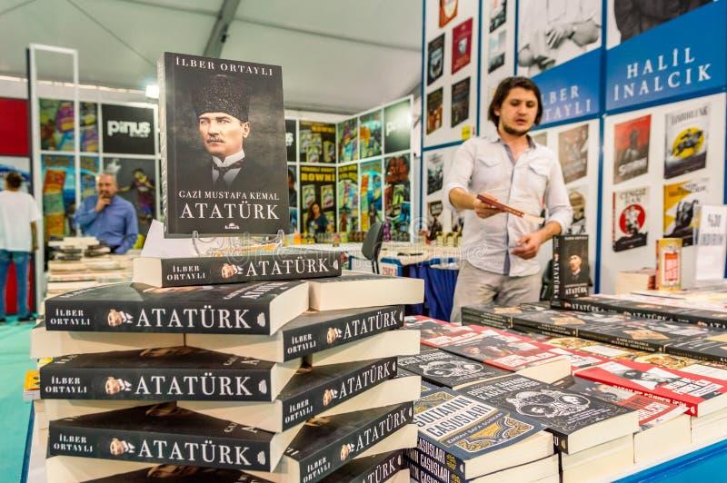 Parecchi libri di storia visualizzati su un supporto nella fiera del libro di Eskisehir immagine stock libera da diritti