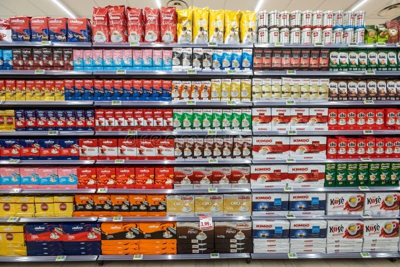 Parecchi pacchetti di caffè su una parete degli scaffali Vista frontale, contesto completo fotografia stock libera da diritti