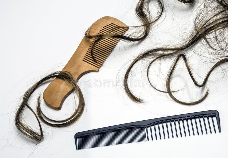 Parecchi pettini con i ciuffi di capelli fotografia stock libera da diritti