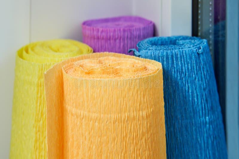 Parecchi rotoli colorati di carta drappeggiata con crespo per i mestieri fotografia stock