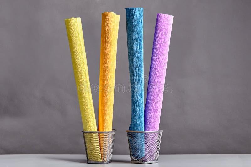 Parecchi rotoli di carta ondulata colorata fotografie stock libere da diritti