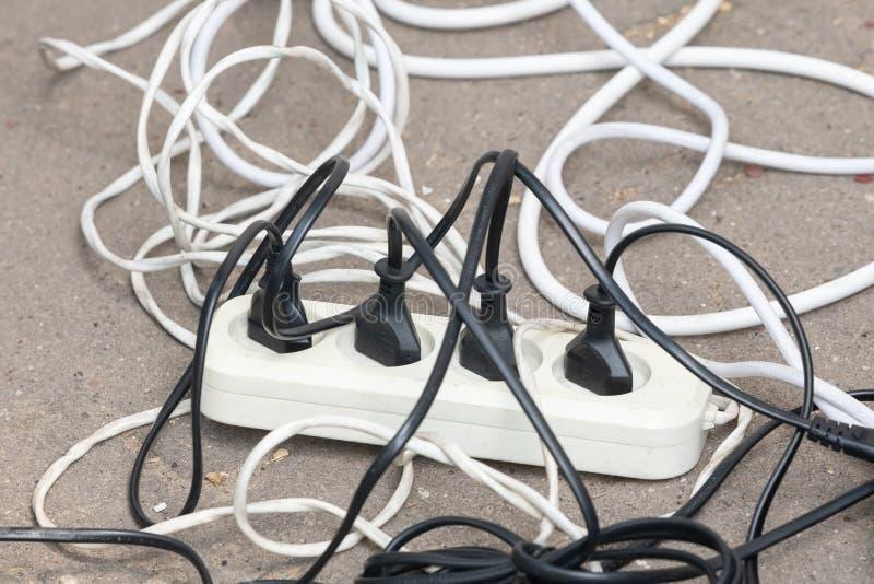 Parecchi sbocchi elettrici con i cavi sulla pavimentazione fotografia stock libera da diritti