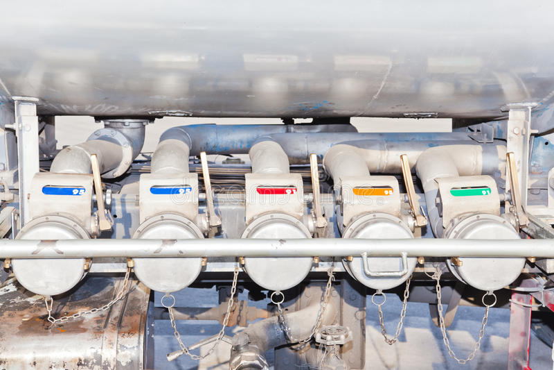 Parecchi ugelli della pompa di benzina per trasporto immagini stock libere da diritti