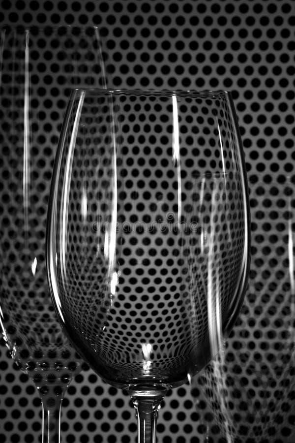 Parecchi vetri di vino trasparenti e di contrapposizioni immagine stock libera da diritti