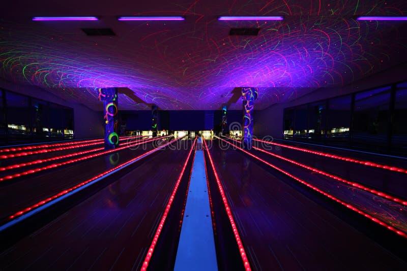 Parecchi vicoli di bowling all'interno del randello di bowling immagine stock libera da diritti