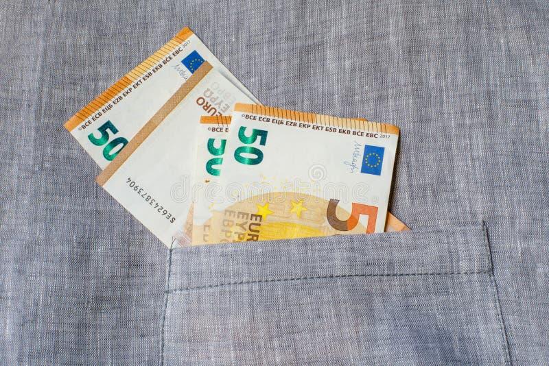 Parecchie banconote di 50 euro sono in una tasca della tela Il concetto di guadagno, del risparmio o del denaro per le piccole sp immagini stock libere da diritti