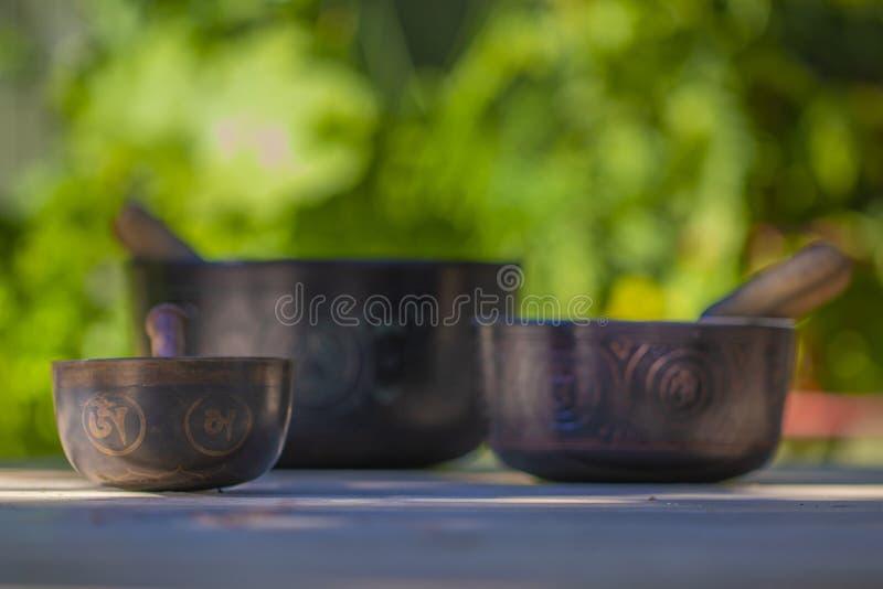 Parecchie belle ciotole tibetane di canto fotografia stock