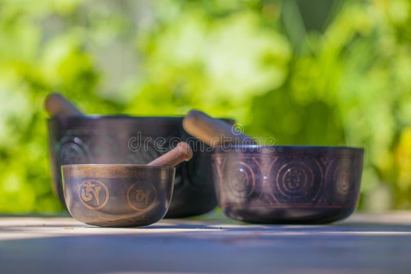 Parecchie belle ciotole tibetane di canto fotografie stock