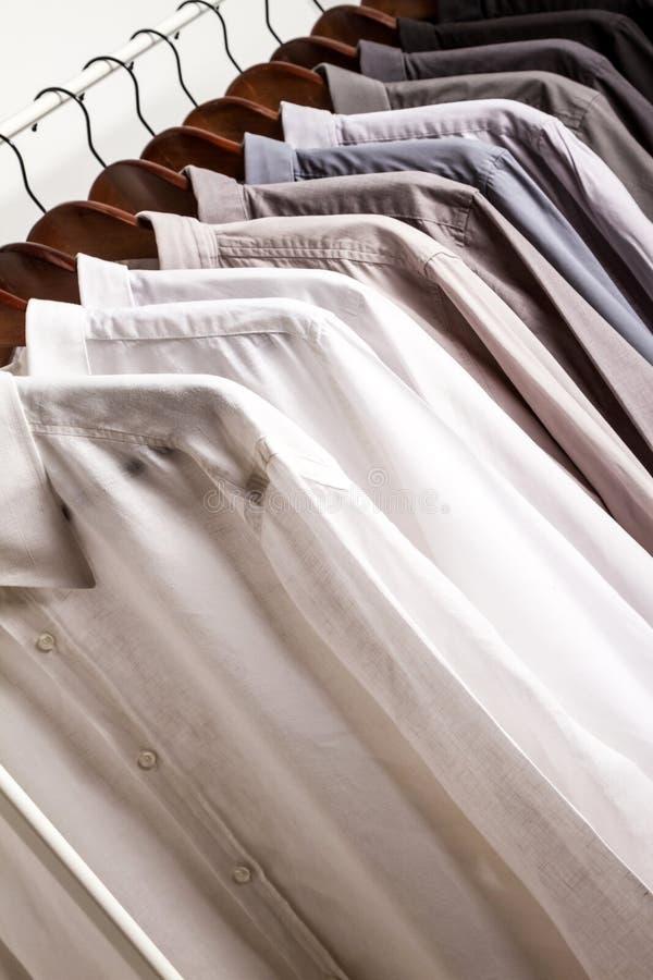Parecchie camice su un gancio fotografie stock