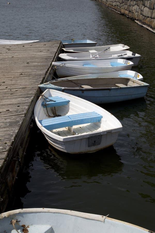 Parecchie canoe legate ad un pilastro fotografie stock