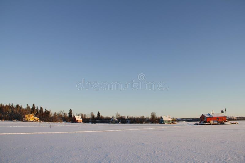 Parecchie case galleggianti su Yellowknife abbaiano in grande schiavo Lake, Yellowknife fotografia stock