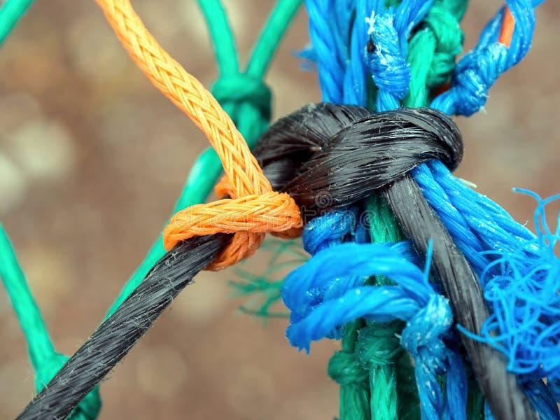 Parecchie corde di plastica variopinte annodate insieme fotografia stock libera da diritti