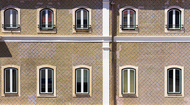 Parecchie finestre di una casa tipica nel Portogallo immagine stock libera da diritti