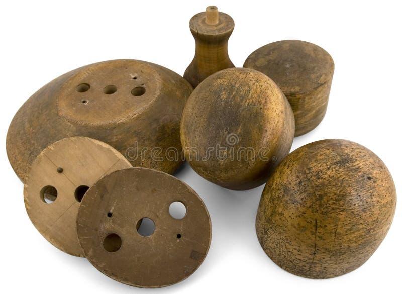Parecchie forme del cappello rotonde hanno fatto di legno da un cappellaio fotografie stock libere da diritti
