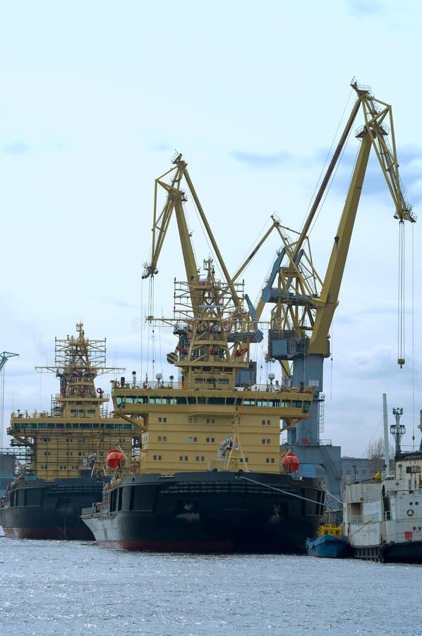 Parecchie navi e gru del porto fotografia stock