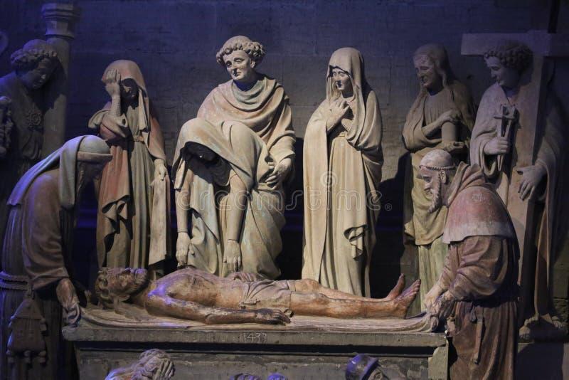 Parecchie statuette intorno a Gesù in st Nicholas Fribourg, Svizzera della cattedrale immagini stock libere da diritti
