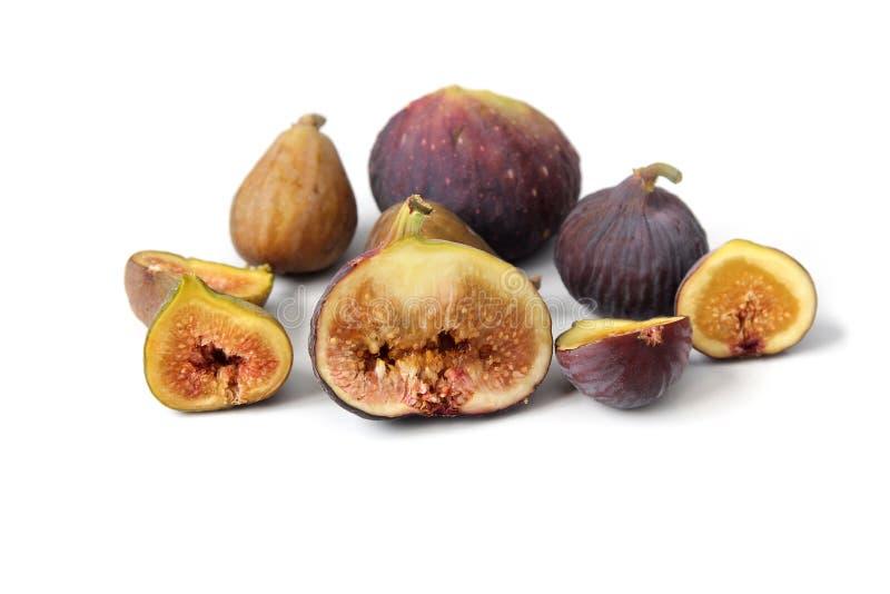 Parecchie varietà di fico comune fruttifica aperto tagliando mostrando la carne su fondo bianco immagine stock
